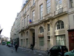 Front of Hôtel de Beauvais. Photo by br (2007). PD-Author Permission. Wikimedia Commons.